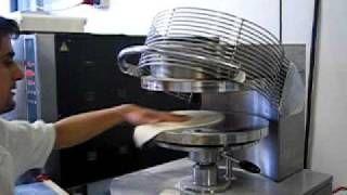 Подготовка основы для пиццы
